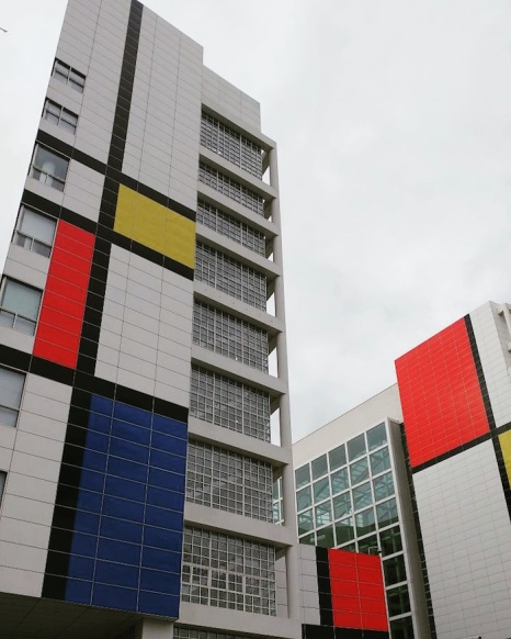 The largest Mondrian recreation made to date, on The Hague's Municipal Building. © Leora Sameni